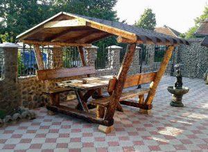 Rustikale Gartenbank mit Tisch überdacht